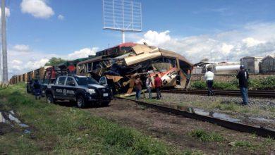 Photo of Un tren arrolla a un camión de Primera Plus en Celaya